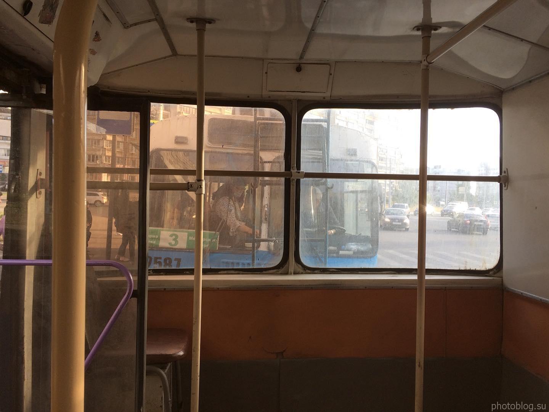 В салоне старого троллейбуса, задняя площадка