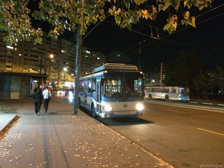 Старый троллейбус стоит на остановке. Осенний вечер